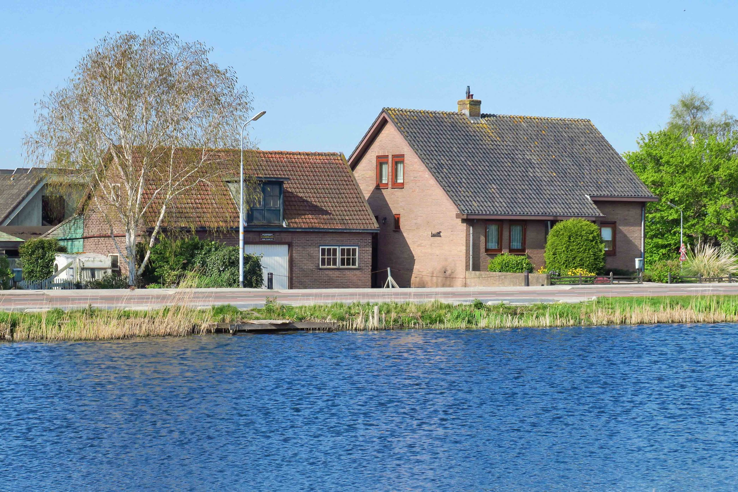 For rent @Lijnden Akerdijk 21 Detached semi-bungalow with large garden, living and sleeping on the ground floor and staying and storage on the floor!